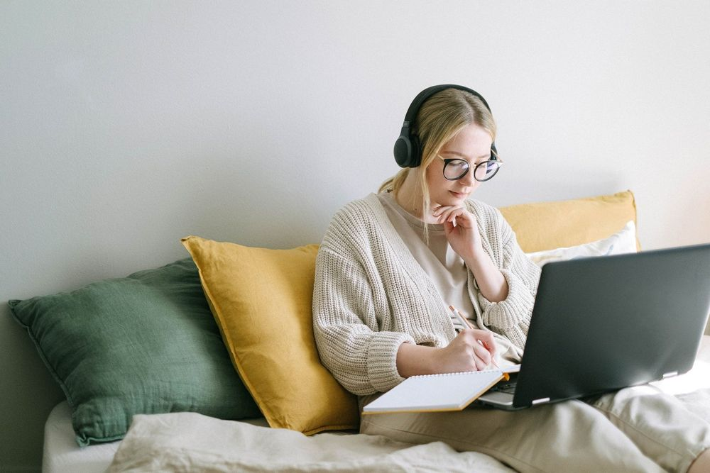 Mujer en mueble con computadora