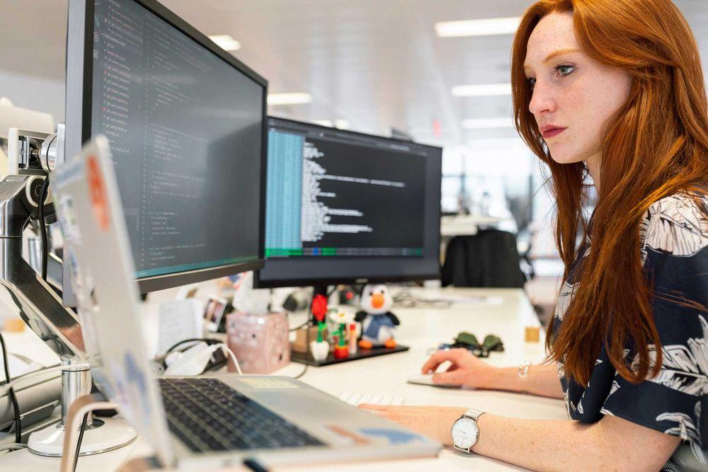 mujeres hispanas software
